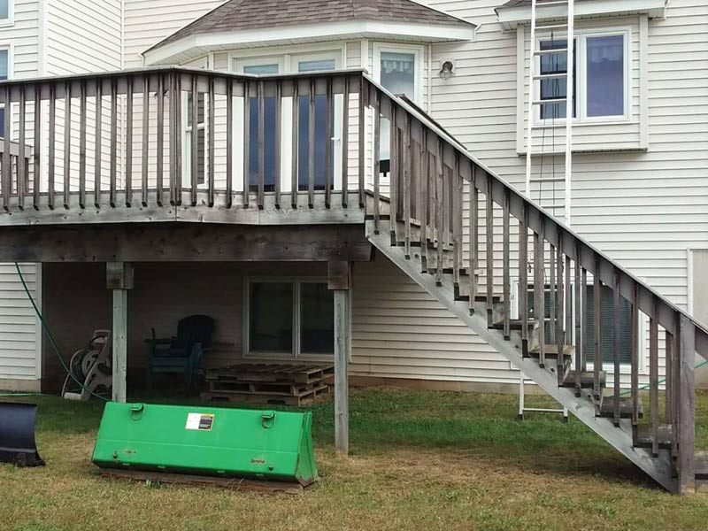 gray wood deck before tree frog softwash cleaning